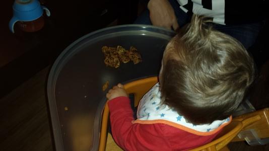 Vanavond hebben we heerlijk pannenkoeken gegeten. Ook Max kreeg een pannenkoek, met appelstroop. Na de eerste helemaal opgegeten te hebben, waagde hij zich ook aan een tweede pannenkoek. Ook deze pannenkoek ging op.
